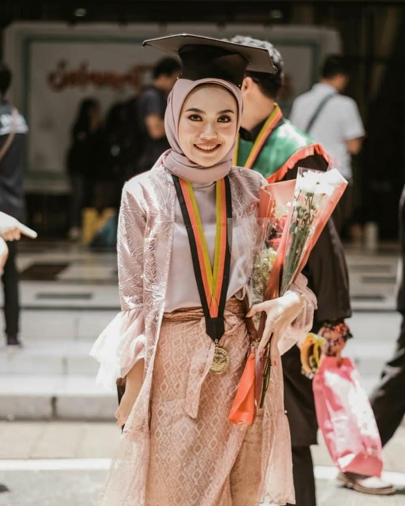 5 Kombinasi Kebaya Wisuda Muslim yang Wajib Anda Coba